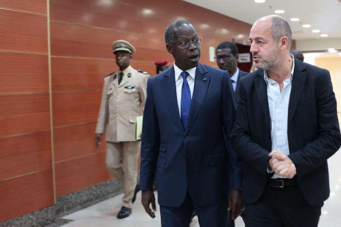 Le premier ministre sénégalais, Mahammed Boun Abdallah Dionne, et le président du directoire du groupe Le Monde, Louis Dreyfus, à Dakar, le 22novembre 2018.