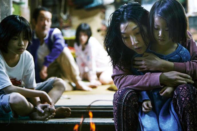 De gauche à droite : Kairi Jyo, Lily Franky, Mayu Matsuoka, Sakura Ando enlaçant Miyu Sasaki, dans« Une affaire de famille», réalisé parHirokazu Kore-eda.