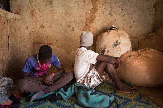 Quartier Malboro, à Agadez. Doukouri, 18 ans (à droite), et son frère Karim, 14 ans, sont Guinéens. Après un voyage de cinq mois entre Conakry et Meddeb, and Algérie, ils ont été expulsés au Niger.