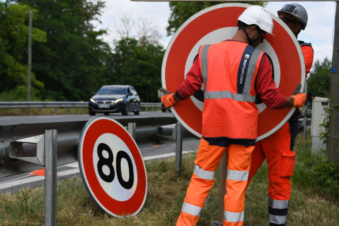 Installation of signs to limit the permitted speed to 80 km / h on the RN 2 in Grenade (Haute-Garonne), 28 June 2018.
