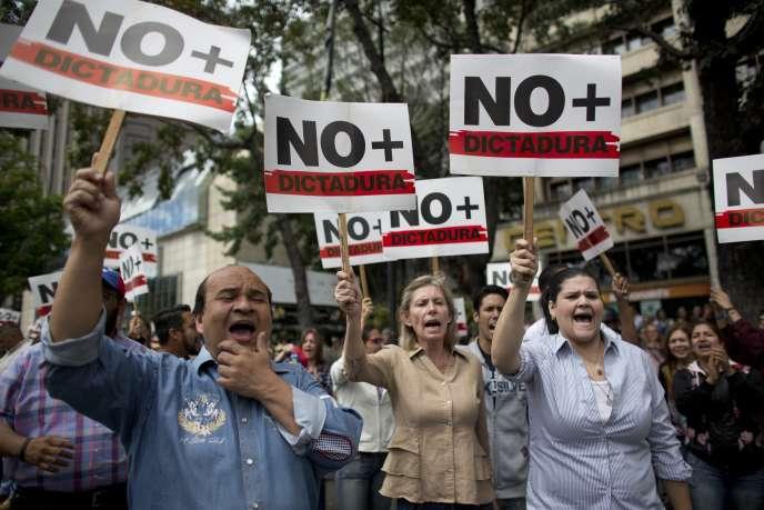 Des manifestants réclamant la démission de Nicolas Maduro et brandissant des pancartes où l'on peut lire : « non à la dictature», le 30 janvier à Caracas au Venezuela.