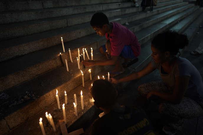 Les gens placent des bougies sur les marches de la cathédrale de Sao Paulo, au Brésil, le vendredi 1er février 2019. Une semaine après l'effondrement d'un barrage minier dans l'État brésilien du Minas Gerais, des dizaines de personnes ont rendu hommage vendredi aux victimes de cette tragédie.