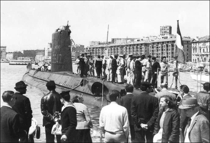 « La Minerve», qui disparut avec ses 52 hommes d'équipage le 27janvier 1968 au large de Toulon, pris en photo à quai dans le port de Marseille, le 1er janvier 1965.