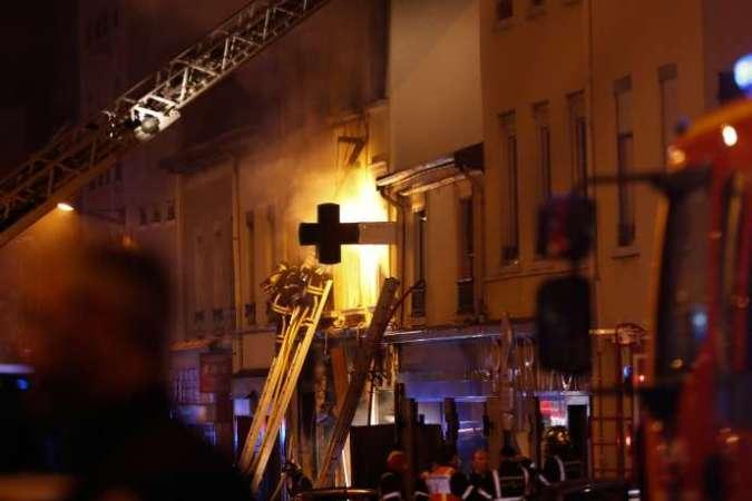 L'intervention des pompiers a permis de maitriser le feu qui s'est déclaré après une explosion dans une boulangerie de Lyon, faisant deux morts dont un enfant samedi 9 février.