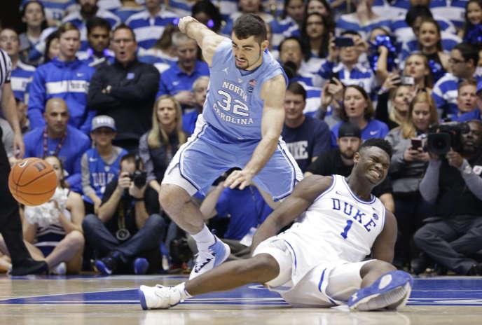 Zion Williamson, am Boden, während des Spiels gegen UNC am 20. Februar in Durham, North Carolina.