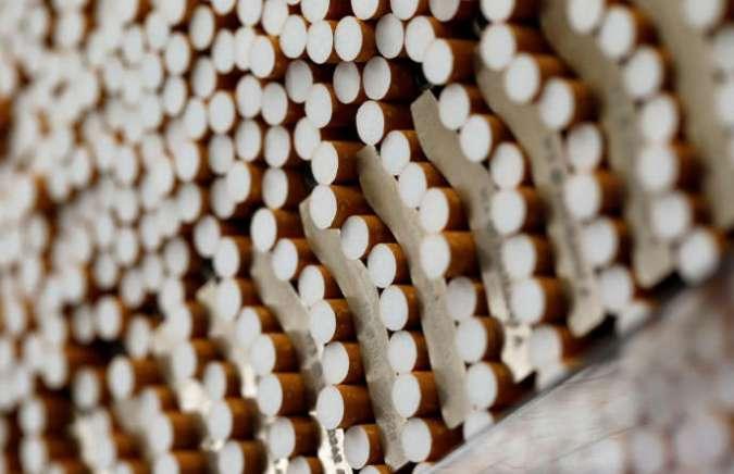 Des cigarettes pendant le processus de fabrication dans la British American Tobacco Cigarette Factory (BAT) à Bayreuth, Allemagne.