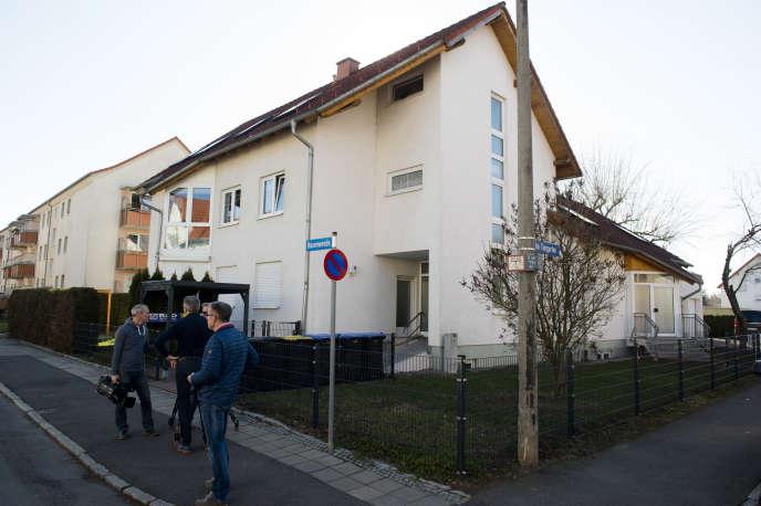Journalisten vor einer Arztpraxis am 27. Februar in Erfurt verhaftet.