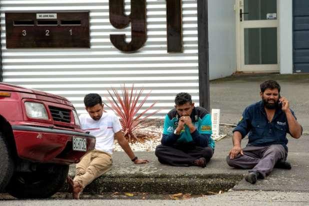 Des rescapés sous le choc, près de la mosquée Al-Noor de Christchurch (Nouvelle-Zélande) après la fusillade, le 15 mars.