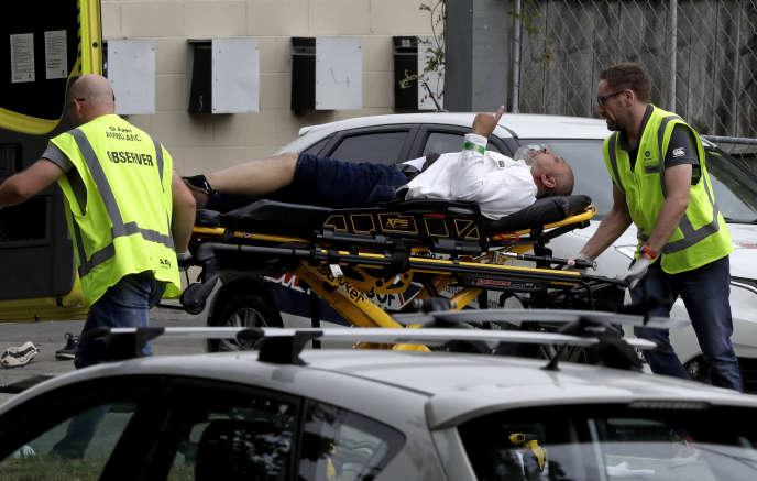Des ambulanciers prennent en charge un blessé après une fusillade dans une mosquée de Christchurch, en Nouvelle-Zélande, le 15 mars.