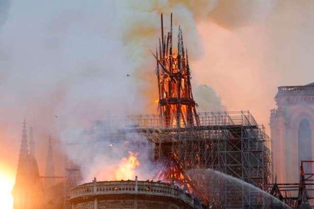 La flèche de la cathédrale s'est effondrée peu avant 20 heures.