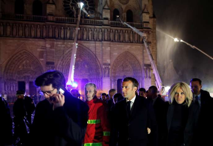 President Emmanuel Macron visited, Monday, April 15, around 23 h 30, on the scene of the fire of Notre-Dame Cathedral.