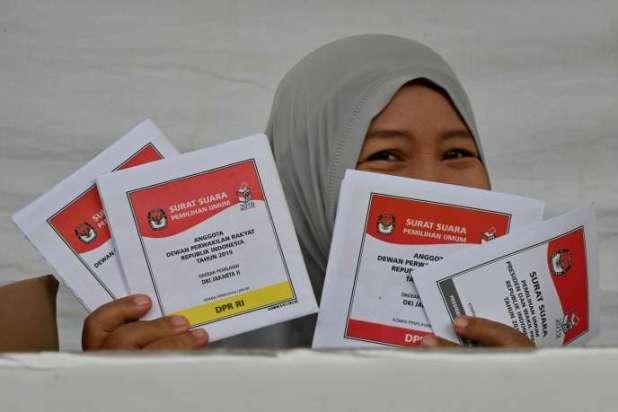 Une Indonésienne montre ses bulletins de vote, à Jakarta, le 17 avril 2019.