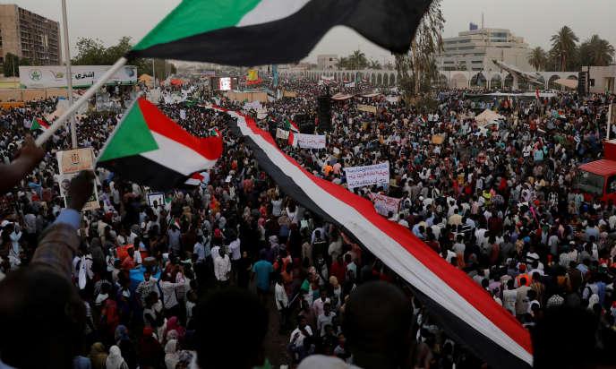 Des milliers de Soudanais manifestent devant le quartier général de l'armée àKhartoum, le 18 avril 2019.