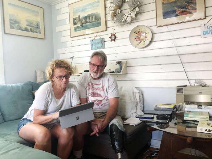 Eileen O'Brien, 65 ans, et Michael O'Brien, 62 ans, ont lu la version numérique du rapport de Robert Mueller à leur domicile de Clearwater, Floride, États-Unis, le 18 avril 2019.