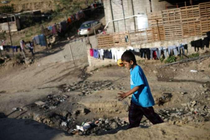 Un petit garçon originaire d'Honduras dans le jardin d'une église de Tijuana (Mexique) qui accueille les migrants cherchant l'asile aux Etats-Unis, le 22 avril.