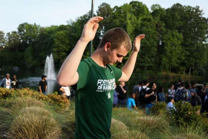 Les étudiants et les personnels de l'université de Caroline du Nord sont évacués, mardi 30 avril, après une fusillade sur le campus.