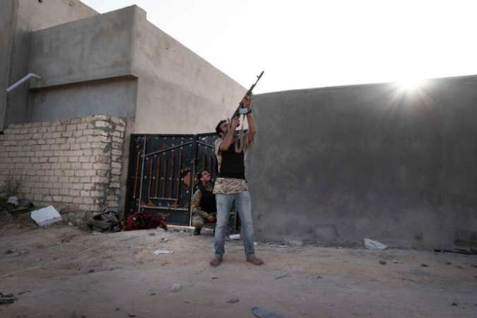 Un combattant des forces fidèles au gouvernement d'« accord national» tente de neutraliser un drone ennemi, à Tripoli, le 26 avril.