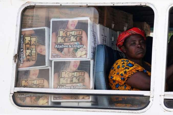 Une femme attend dans un minibus à Accra, au Ghana, en octobre 2018.
