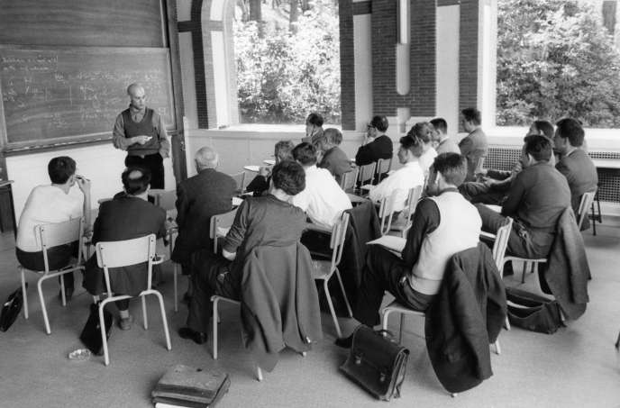 The mathematician Alexander Grothendieck, during a conference at the Institute of Higher Scientific Studies of Bures-sur-Yvette (Essonne), in January 1960.