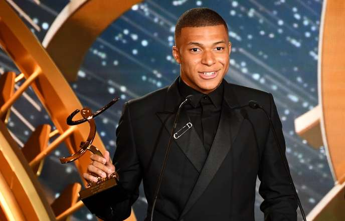 Kylian Mbappé receives his trophy for best player of the season in Ligue 1, May 19.