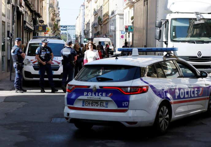 L'individu est suspecté d'avoir déposé un sac ou colis explosif contenant des vis, clous ou boulons devant une boulangerie de la rue Victor Hugo.