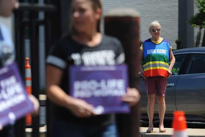 Une femme se tient à disposition pour escorter jusqu'auPlanning familial, lors d'une manifestation anti-avortement à Saint-Louis (Missouri), le 4 juin.
