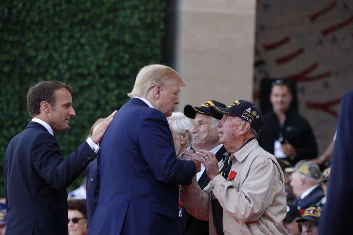 Donald Trump avec des véterans pendant la commémoration du débarquement allié du 6juin1944, enNormandie le6juin.