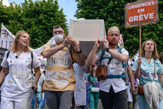 Manifestation d'urgentistes, à Paris, le 6 juin.
