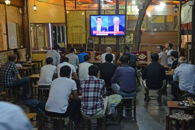 Le débat télévisé entre les deux candidats à la mairie d'Istanbul,Binali Yildirim (AKP, islamo-conservateur, au pouvoir) et Ekrem Imamoglu, le candidat de l'opposition laïque, le 16 juin 2019, dans un café de Diyarbakir, dans le sud-est de la Turquie.