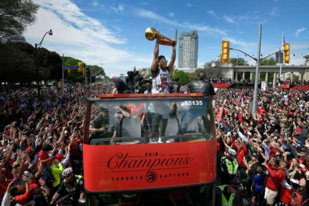 Kyle Lowry soulève le trophée lors de la parade des Raptors dans les rues de Toronto, le 17 juin.