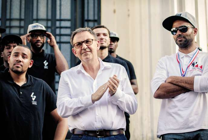 David Kimelfeld alongside Tony Parker and the basketball players of Villeurbanne, champions of France on June 27th. President of the Métropole de Lyon, Gérard Collomb's ex-right-hand man refuses to give him his seat.