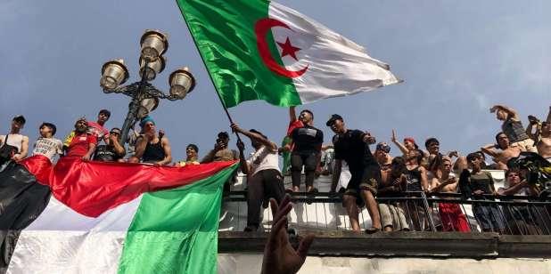 Des supporteurs de USM Elharrach crée une ambiance énergétique avec leurs chants de stade pas loins de la Grande Poste. Alger, le 5 juillet 2019