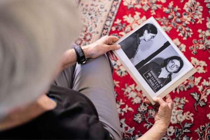 Martha Scott, ex-membre du réseau Jane, chez elle, à Chicago, le 23 mai. Dans ses mains, la photo prise lors de son arrestation, le 4 mai 1972, alors qu'elle pratiquait des IVG clandestines.