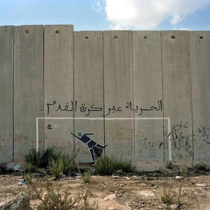 « La liberté par le football». Graffiti sur la portion du mur qui sépare en deux le campus de l'université Al-Qods à Jérusalem. Septembre 2011.