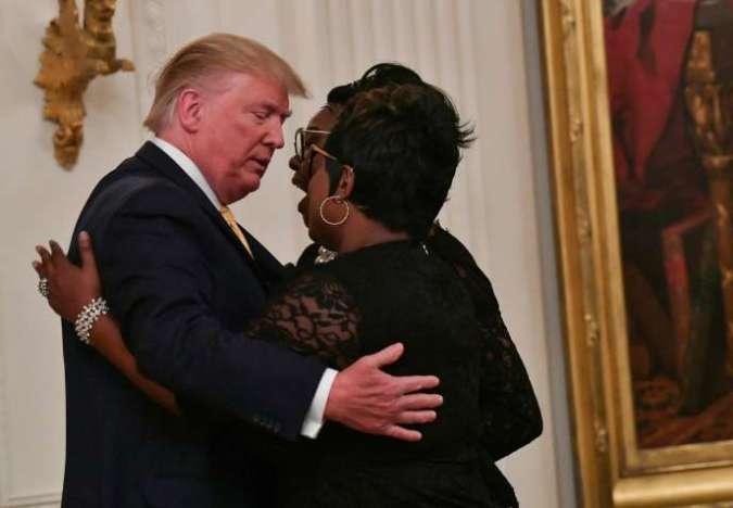 «Diamond and Silk», deux militantes défendant régulièrement Donald Trump sur Facebook, sont reçues par le président américain, le 11 juillet à la Maison Blanche.