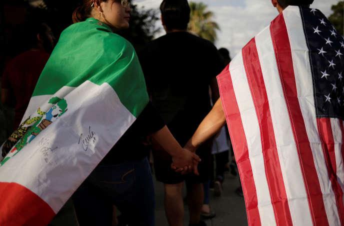 Main dans la main, drapées des couleurs mexicaines et américaines, pour symboliser la lutte contre la haine, à El Paso, le 4 août.