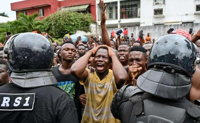 Devant la polyclinique des Deux-Plateaux, dans le quartier Cocody, à Abidjan, des fans pleurent la disparition de leur idole.