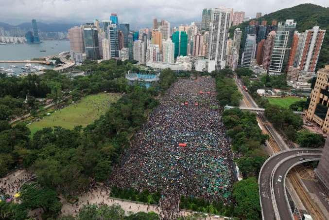 Les manifestants se rassemblent par dizaines de milliers à Victoria Park, dans le centre de la ville, le 18 août 2019.