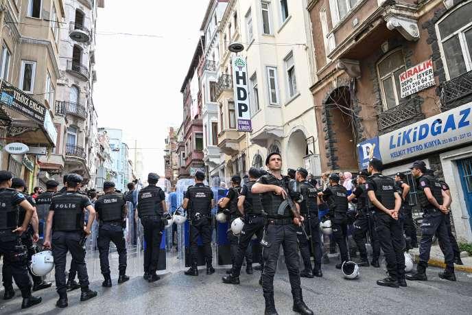 Un policier turc monte la garde devant le siège du Parti démocratique des peuples (HDP), à Istanbul, le 19 août 1919, lors d'unemanifestation dans les rues de la ville.