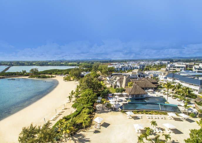 Plusieurs dizaines de zones destinées aux acheteurs immobiliers étrangers ont été créées à Maurice. Au nord-est de l'île, le village balnéaire Azuri propose ainsi des villas et des appartements de luxe bordés par des plages et par un golf.