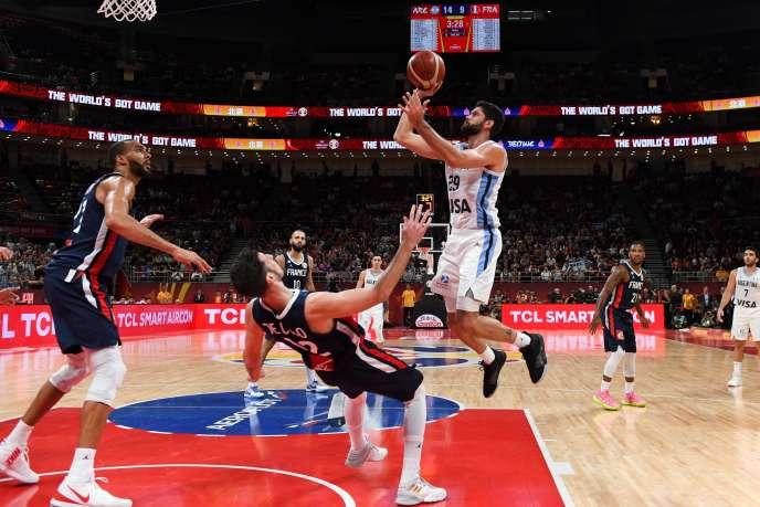 Patricio Garino pretend le dessus sur De Colo, lors de la demi-finale du Mondial chinois de basket entre l'Argentine et la France, le 13 septembre, à Pékin.