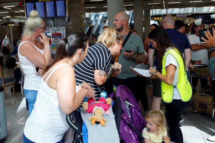 Des passagers britanniques après l'annulation de leur vol retour à Palma de Majorque, en Espagne, le 23 septembre.
