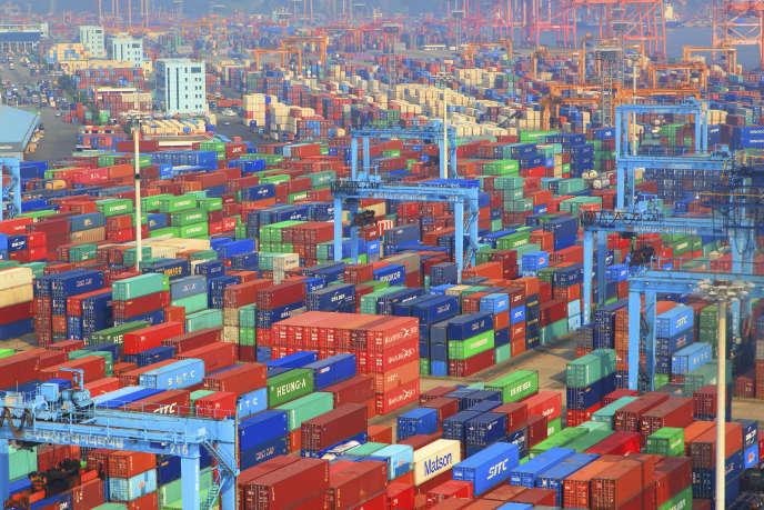 «Dans l'industrie pharmaceutique () 80 % des principes actifs des médicaments sont importés de Chine et d'Inde, contre 20 % il y a trente ans ». Photo : Le port de Busan (Corée du Sud) avec des conteneurs.