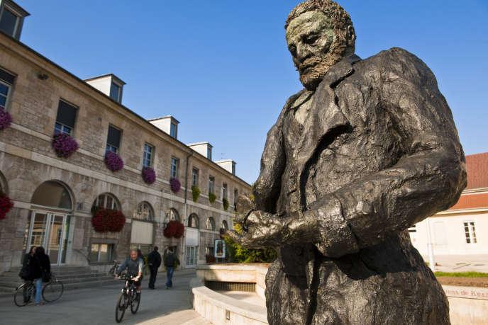 Statue de Victor Hugo par Ousmane Sow, sur l'esplanade des droits de l'homme.