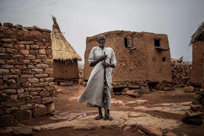 Salifu Dibo, chef d'une communauté dogon dans le centre du Mali, pose avec son fusil de chasse le 4 juillet 2019.