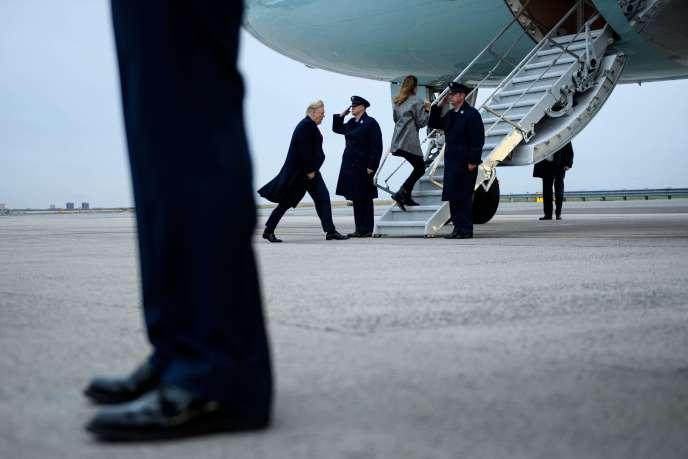 Donald et Melania Trump montent à bord de l'Air Force One à l'aéroport John F. Kennedy de New York le 12 novembre.