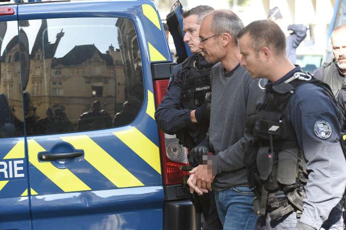 Il militante italiano Vincenzo Vecchi, scortato dai gendarmi, il palais de justice, Rennes, francia-14 agosto 2019.