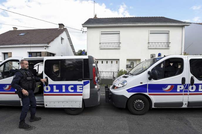 Полиция возле дома семьи Троедек в Орво, недалеко от Нанта, в апреле 2019 года. Четверо членов семьи были убиты дома 16 февраля 2017 года.