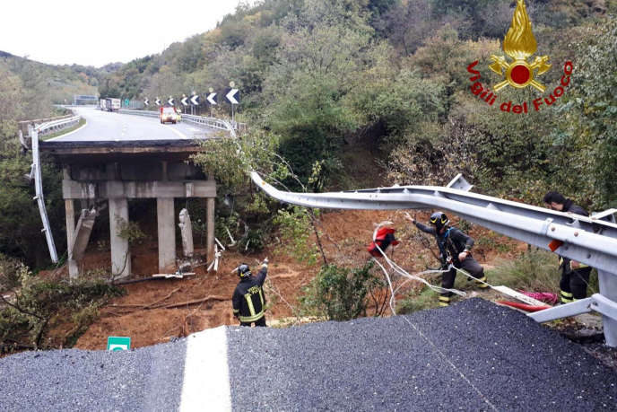 Una parte di autostrada A6, che porta a Torino, è crollato domenica in provincia di Savona (Liguria).