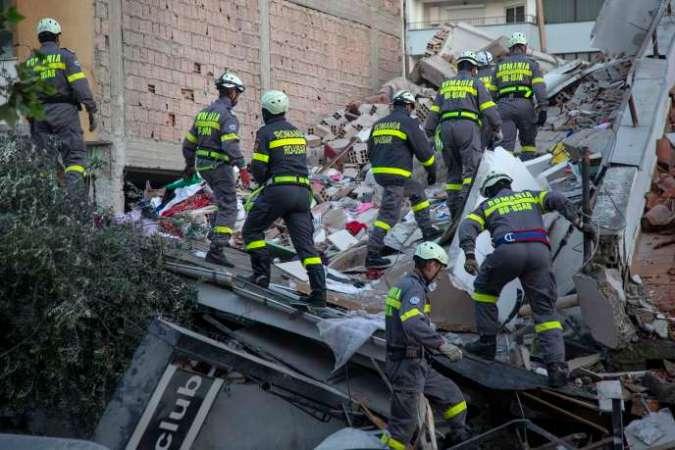 Des sauveteurs cherchent des survivants dans les décombres à Durrës, mercredi27novembre.